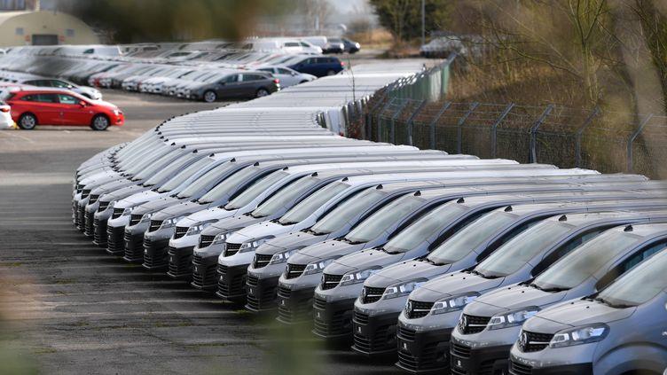 Des voitures garées dans une usine PSA deEllesmere Port (Royaume-Uni), le 16 mars 2020. (PAUL ELLIS / AFP)