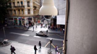 Une caméra de vidéosurveillance dans les rues de Lyon, le 5 juillet 2007. (illustration) (FRED DUFOUR / AFP)