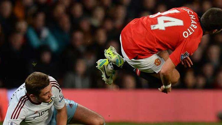 Le Mexicain Javier Hernandez, accroupi dans les airs.  (ANDREW YATES / AFP)