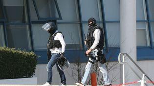 Deux policiers au lycée Tocqueville de Grasse, le 16 mars 2017. (VALERY HACHE / AFP)