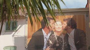 À Cannes (Alpes-Maritimes), en plein festival, une exposition met en valeur les plus beaux baisers de cinéma. (CAPTURE ECRAN FRANCE 3)