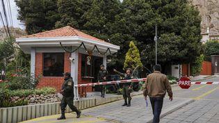 Des policiers boliviens occupent un poste de contrôleprès de l'ambassade du Mexique à La Paz, le 27 décembre 2019. (JORGE BERNAL / AFP)
