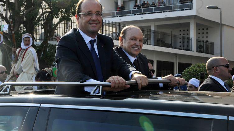 Le président français,François Hollande, et son homologue algérien,Abdelaziz Bouteflika, dans les rues d'Alger, le 19 décembre 2012. (FAROUK BATICHE / AFP)