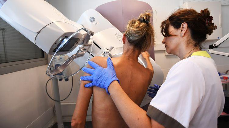 Une femme passe une mammographie. (Illustration). (ANNE-CHRISTINE POUJOULAT / AFP)