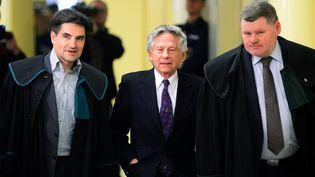 Roman Polanski, accompagné par ses deux avocats de l'époque, à la Cour régional de Cracovie qui devait, en 2015, trancher sur l'extradition du réalisateur franco-polonais vers les Etats-Unis du fait des poursuites pour agression sexuelle. La Cour a finalement bloqué l'extradition.  (JANEK SKARZYNSKI / AFP)