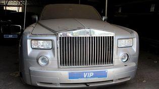 L'une des trente voitures de luxe ayant appartenu à l'ancien dictateur gambien Yahya Jammeh, en exil en Guinée équatoriale, est à vendre. (Claire BARGELES / AFP)