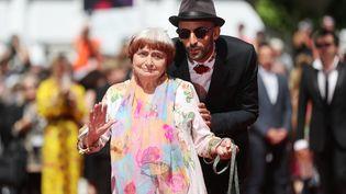 La réalisatrice Agnès Varda accompagné de l'artiste JR, le 19 mai 2017, au festival de Cannes. (VALERY HACHE / AFP)
