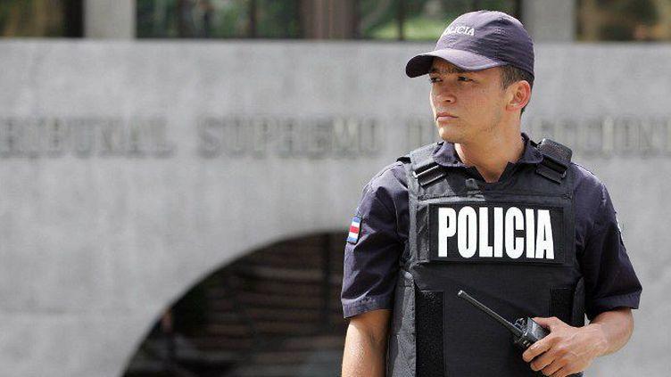 Un officier de police costaricain monte la garde devant le bâtiment du Tribunal électoral suprême, en février 2006, à San Jose.