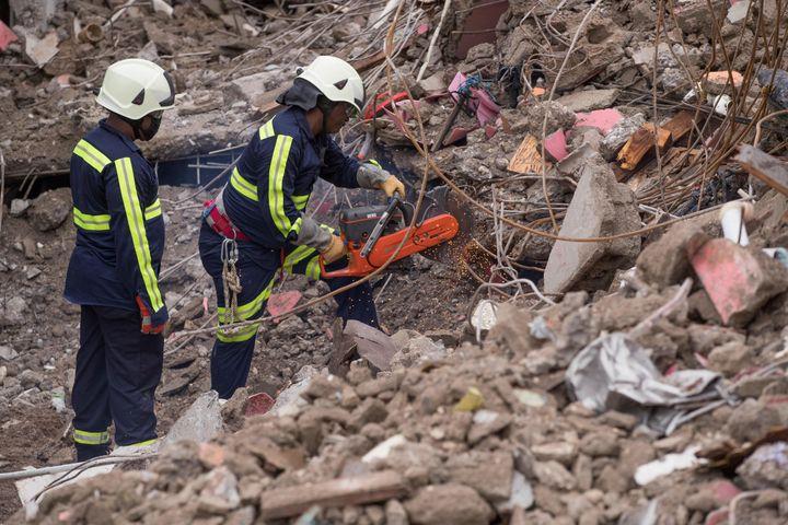 Des secouristes explorent les décombres à la recherche d'éventuels survivants, mardi 17 août 2021, aux Cayes (Haïti). (ORLANDO BARRIA / EFE / SIPA)
