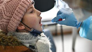 Une enfant se fait dépister pour le Covid-19 (illustration). (FRANCK DUBRAY / MAXPPP)
