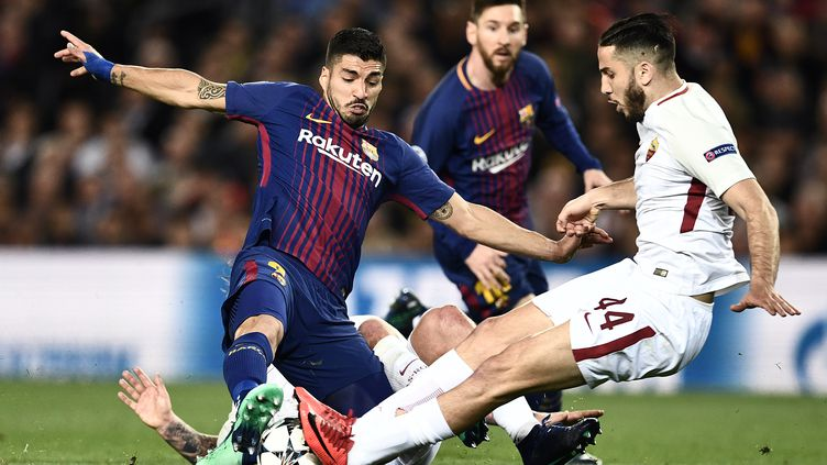 Kostas Manolas (AS Roma) au contact avec Luis Suarez (Barcelone) (FILIPPO MONTEFORTE / AFP)