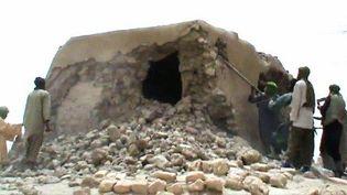 Membres d'Ansar el-Dine en train de détruire un sanctuaire ancien à Tombouctou le 1-7-2012  (AFP - STR)