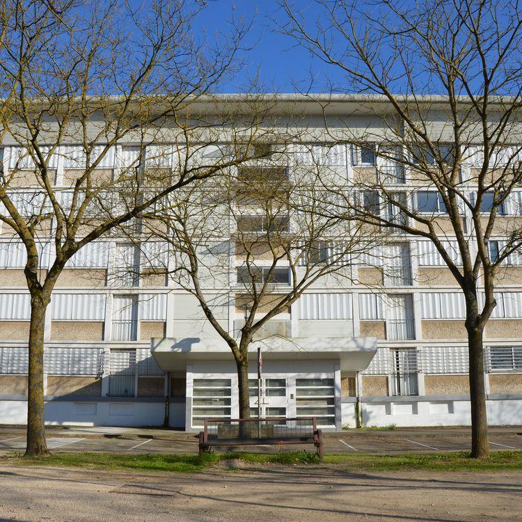 Un immeuble condamné du quartier du Stade, à Chalon-sur-Saône (Saône-et-Loire), le 27 mars 2017. (YANN THOMPSON / FRANCEINFO)