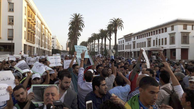 Des manifestants défilent pour réclamer la lumière sur les circonstances de la mort du poissonnierMouhcine Fikri, dimanche 30 octobre 2016, à Rabat (Maroc). (MAXPPP)