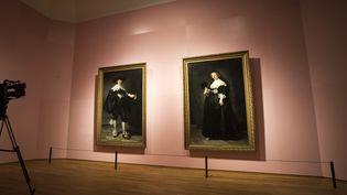 Deux portraits de Rembrandt au Rijksmuseum d'Amsterdam. Un fragment de celui de gauche, celui de Marten Soolmans, a été analysé et a révélé la technique d'empâtement du peintre.  (Jeroen Jumelet / DPA / DPA Picture Alliance / AFP)
