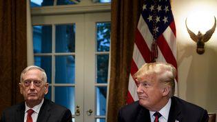 Le secrétaire à la DéfenseJames Mattis et le président américain Donald Trump, à la Maison Blanche (Washington, Etats-Unis), le 23 octobre 2018. (BRENDAN SMIALOWSKI / AFP)