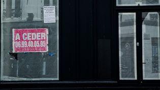 Un commerce fermé en raison de la crise sanitaire, le 30 mai 2020, à Paris. (LOLA LOUBET / HANS LUCAS / AFP)