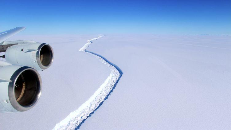La faille séparant l'iceberg de la barrière de glace Larsen C, photographiée par avion, une image publiée par la Nasa le 1er juin 2017. (JOHN SONNTAG / NASA)
