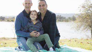 Cinq ans après le vote de la loi Taubira, l'accès à l'adoption– en général déjà très long, etincertain– semble encore plus ardupour les couples d'hommes ou de femmes (photo d'illustration). (DAVID JAKLE / IMAGE SOURCE)