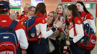 Les membres de l'équipe olympique russe de handball à leur départ de l'aéroport de Moscou en direction de Rio, le 28 juillet 2016. (ANTON DENISOV / AFP)