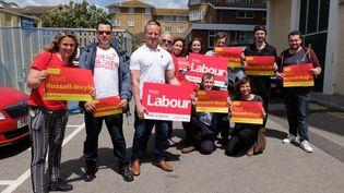 """Des militants du Parti travailliste posent autour de Samuel Tarry (en polo blanc, au centre), conseiller de Jeremy Corbyn, à Kempstown (Royaume-Nui), mercredi 7juin 2017. A gauche, """"Poppy"""" et tout à droite, Nathan. (MARIE-ADELAIDE SCIGACZ / FRANCEINFO)"""