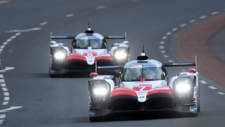 Les deux Toyota N.7 et 8 lors des essais des 24h du Mans 2018 (JEAN-FRANCOIS MONIER / AFP)