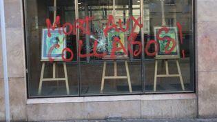 Le syndicat a diffusé une photo des dégradations commises sur son siège parisien, dimanche 23 avril 2017, après un appel à faire obstacle à Marine Le Pen et à voter en faveur d'Emmanuel Macron. (CFDT)