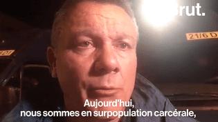 Le soir du 6 avril, le personnel pénitencier de Fleury-Mérogis a protesté à proximité de l'enceinte de la maison d'arrêt. Le journaliste Rémy Buisine était sur place pour Brut, il a recueilli le témoignage d'un syndicaliste.  (Brut)