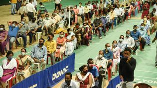 Des personnes attendent pour se faire vacciner dans le stade de Guwahati, en Inde, le 23 avril 2021. (DAVID TALUKDAR / NURPHOTO / AFP)