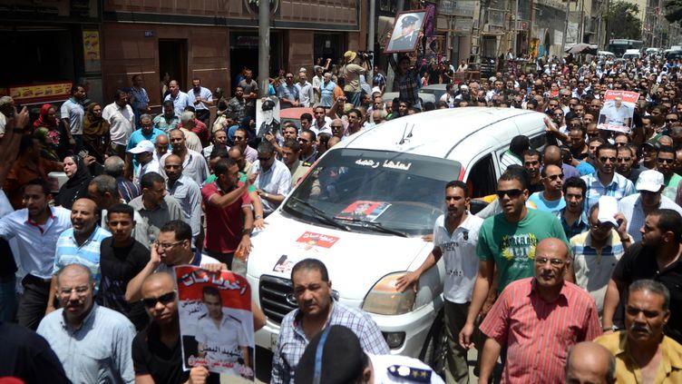Les funérailles, mardi 9 juillet à Alexandrie,d'un policier tué la veille lors de violents affrontementsau Caire. (AFP)