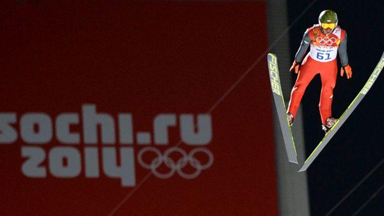 Kamil Stoch saute sur le grand tremplin de Sotchi (PETER PARKS / AFP)