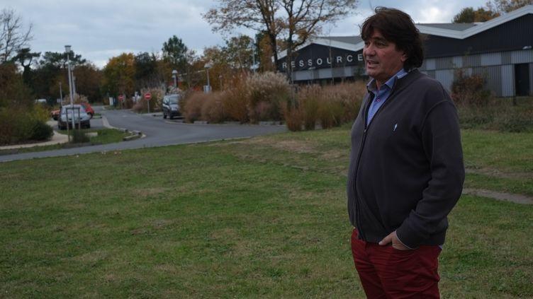 Philippe Villa, le propriétaire du terrain de Dolus-d'Oléron (Charente-Maritime) convoité par McDonald's, le 27 novembre 2017. (MARGAUX DUGUET / FRANCEINFO)