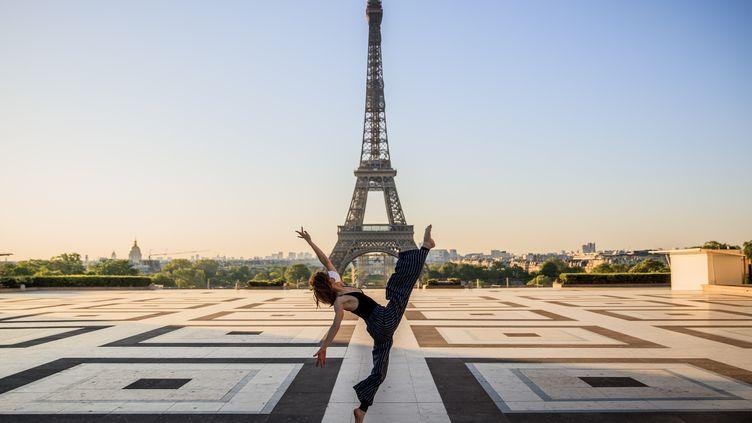La danseuse et chorégraphe syrienne danse sur la Place du Trocadéro déserte, le 22 avril 2020  (SAMEER AL-DOUMY / AFP)