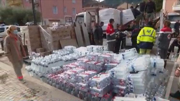 Mardi 6 octobre, quatre jours après le passage de la tempête Alex dans les Alpes-Maritimes, la solidarité s'organise entre les habitants. (FRANCE 3)