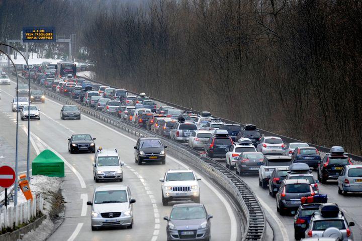 Trafic chargé sur la N90, autoroute entre Albertville et Moûtiers, le 14 février 2015. (JEAN-PIERRE CLATOT / AFP)