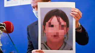Le procureur de la République d'Epinal (Vosges), Nicolas Heitz, présente le portrait de Mia Montemaggi, le 14 avril 2021 lors d'une conférence de presse à Epinal, au lendemain de l'enlèvement de la fillette. (SEBASTIEN BOZON / AFP)