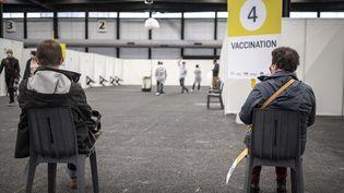 Des volontaires attendent leur injection, dans un centre de vaccination contre le Covid-19, à Bordeaux, le 18 mai 2021. (FABIEN PALLUEAU / NURPHOTO / AFP)