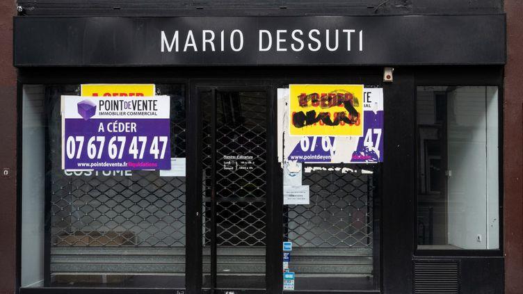 Un magasin fermé à Paris,le 26 mars 2021. (RICCARDO MILANI / HANS LUCAS / AFP)