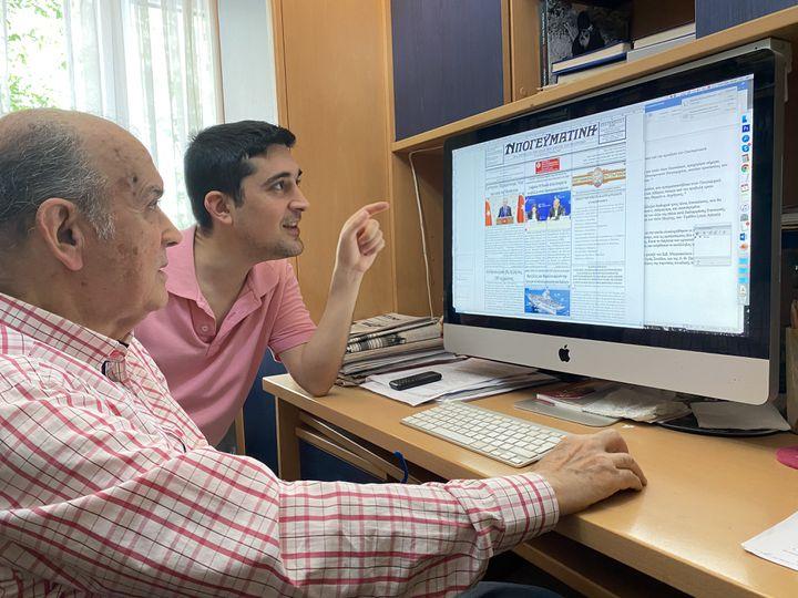 """Mihail Vasiliadis et son fils Minas, corédacteurs en chef du journal """"Apoyevmatini"""", le 1er septembre, à Istanbul (Turquie). (RAPHAEL GODET / FRANCEINFO)"""