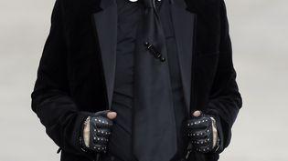 Le couturier allemand Karl Lagerfeld lors d'un défilé Chanel, à Paris, le 1er octobre 2013. (PATRICK KOVARIK / AFP)