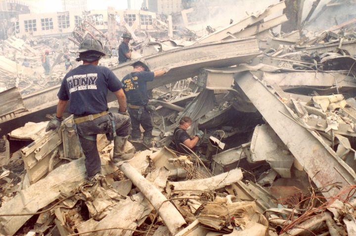 Une photo non datée despompiers fouillant les décombres du World Trade Center, à New York (Etats-Unis). (COLLECTION 9/11 MEMORIAL & MUSEUM / ROBERTO RABANNE ARCHIVE)