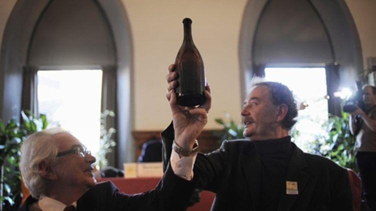 La bouteille adjugée 57.000 euros,  le 6 février 2011, à Arbois. (AFP)