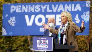 Jill Biden donne de la voix dans un meeting à Bristol, en Pennsylvanie (Etats-Unis), le 24 octobre 2020. (KEVIN LAMARQUE / REUTERS)
