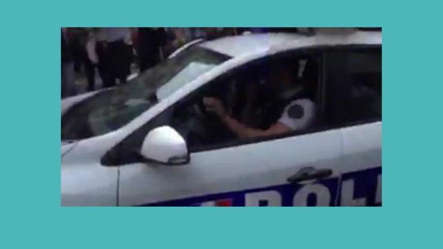 Coupe du monde 2018 : les policiers font la fête avec les supporters