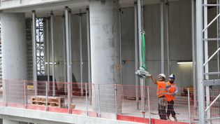 Des travailleurs sur un chantier àCourbevoie (Hauts-de-Seine), le 1er septembre 2017. (LUDOVIC MARIN / AFP)