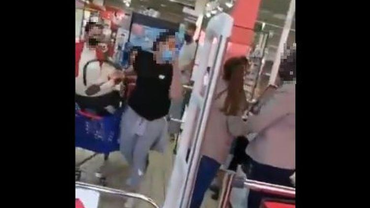 Sur une vidéo postée sur les réseaux sociaux le 3 juin, une cliente profère des injuresracistesà l'encontre d'une caissière d'un magasin Carrefour d'Annemasse (Haute-Savoie). (CAPTURE D'ÉCRAN)