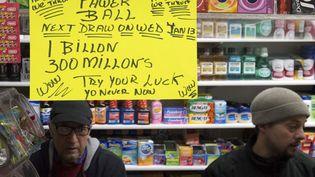 Une annonce pour le super jackpot du Powerball est placardé sur la vitrine d'un magasin de Brooklyn, à New York (Etats-Unis), le 10 janvier 2016. (STEPHANIE KEITH / REUTERS)