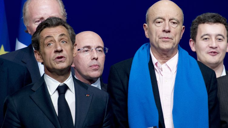 """Nicolas Sarkozy et Alain Juppé chantent la """"Marseillaise"""", au conseil national de l'UMP, le 7 février 2015, à Paris. (ALAIN JOCARD / AFP)"""