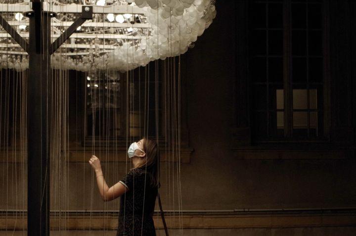 """""""Cloud"""" des artistes canadiensCaitlind r.c. Brown & Wayne Garrett sur la terrasse extérieure de l'Opéra-Théâtre de Metz.  (JEREMIE LAURENT-KAYSEN)"""