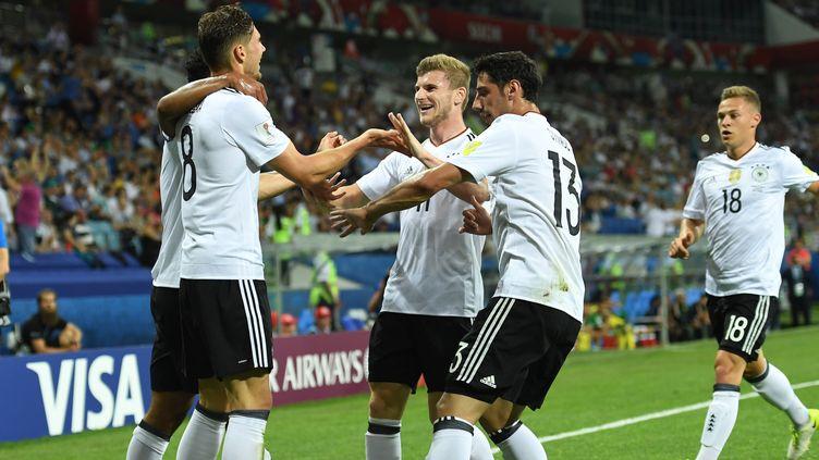 Leon Goretzka, félicité par ses coéquipiers de la Mannschaft après son 2e but contre le Mexique  (MARIUS BECKER / DPA)